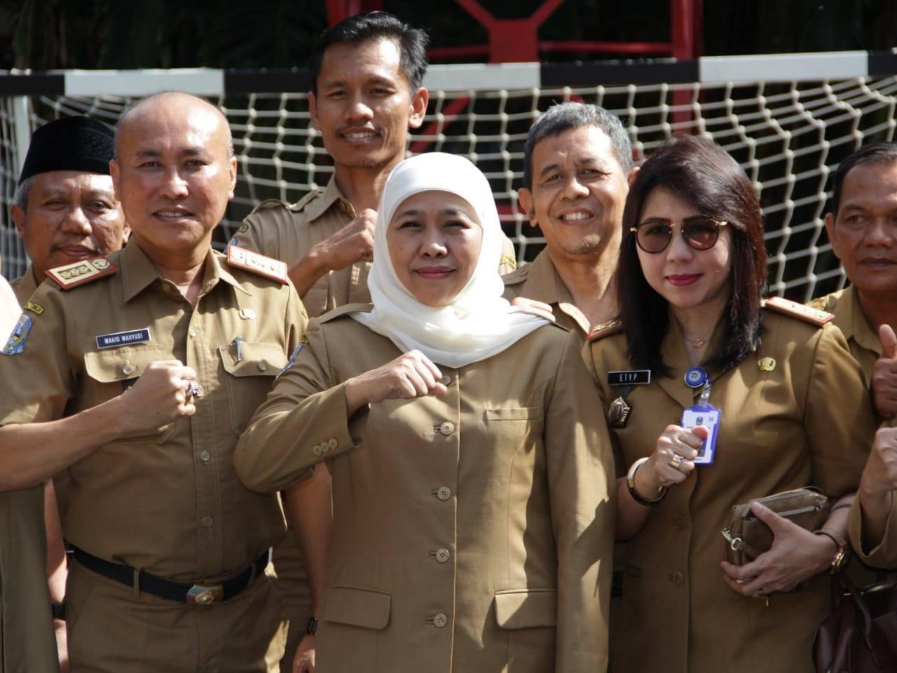 Gubernur Jawa Timur Ibu Khofifah Indar Parawansa melakukan peninjauan pelaksanaan Ujian Satuan Pendidikan Berbasis Komputer/Laptop dan Smartphone (USP-BKS) di SMA Negeri 6 Surabaya